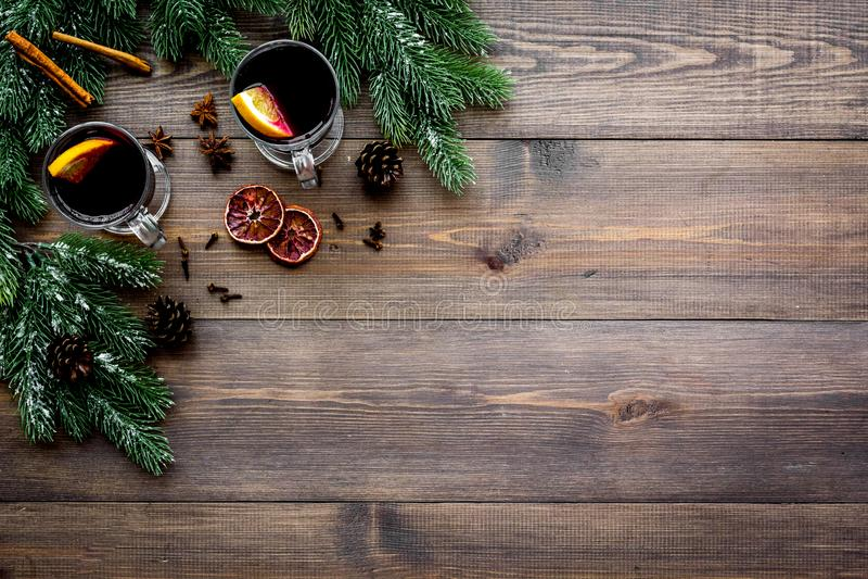 Chá do inverno com citrinas perto dos cones spruce do ramo e do pinho no copyspace de madeira escuro da opinião superior do fundo imagens de stock royalty free