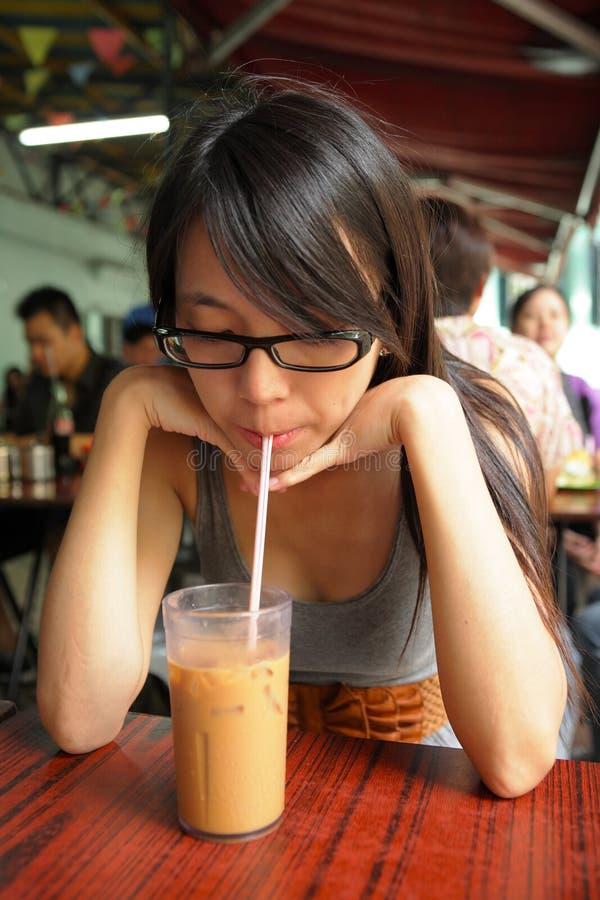 Chá do leite bebendo da menina imagem de stock