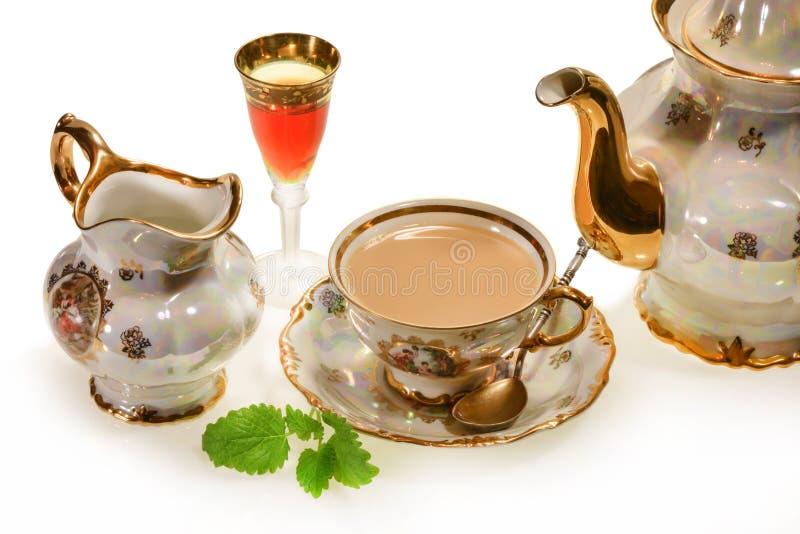 Chá do leite no copo velho fotografia de stock
