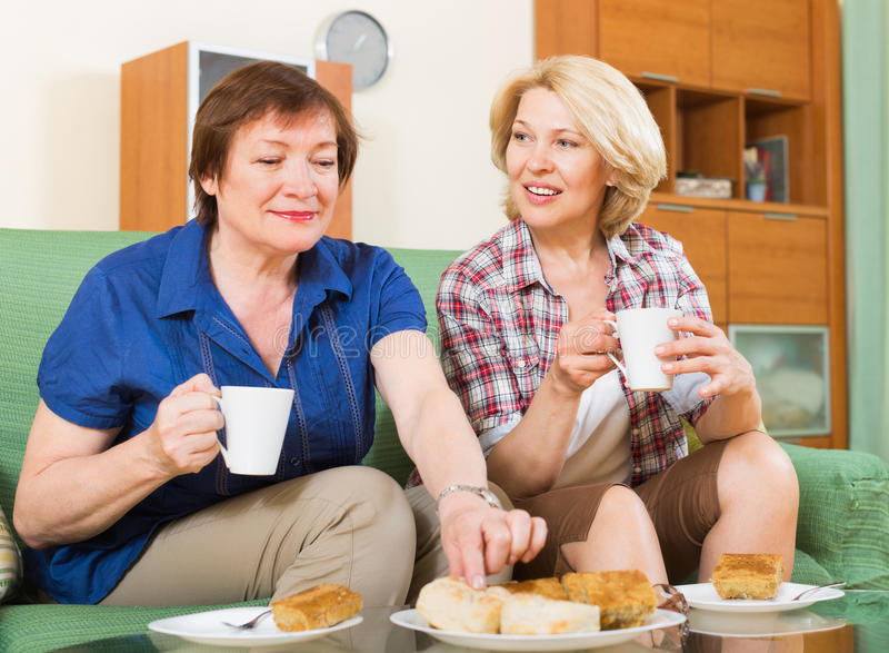 Chá dois bebendo fêmea maduro imagens de stock royalty free
