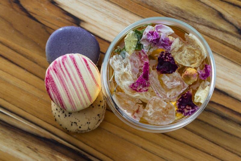 Chá e bolinhos de amêndoa de Rosa foto de stock