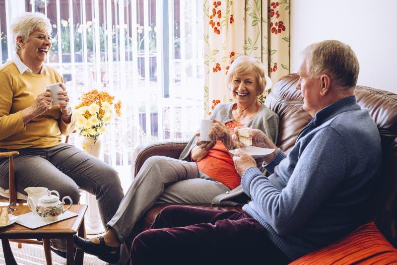 Chá e bolo na casa do cuidado imagem de stock