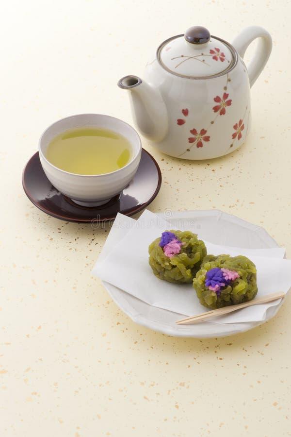 Chá e confeitos japoneses do japonês foto de stock