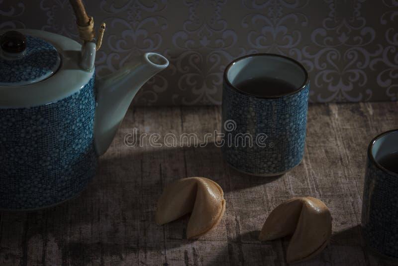 Chá e cookie de fortuna imagem de stock
