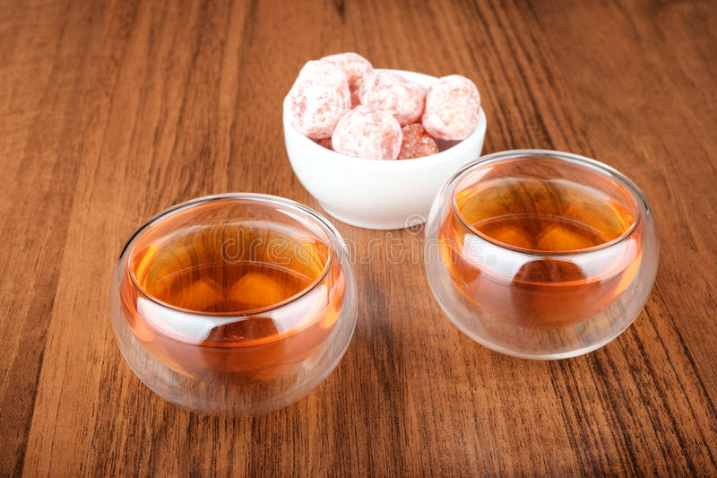 Chá em uns copos e em um kumquat foto de stock royalty free