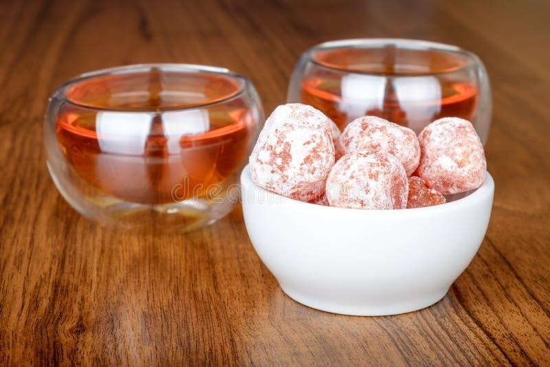 Chá em uns copos e em um kumquat fotografia de stock royalty free