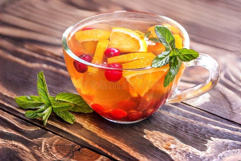 Chá floral com laranja, arando, hortelã e gelo fotografia de stock royalty free