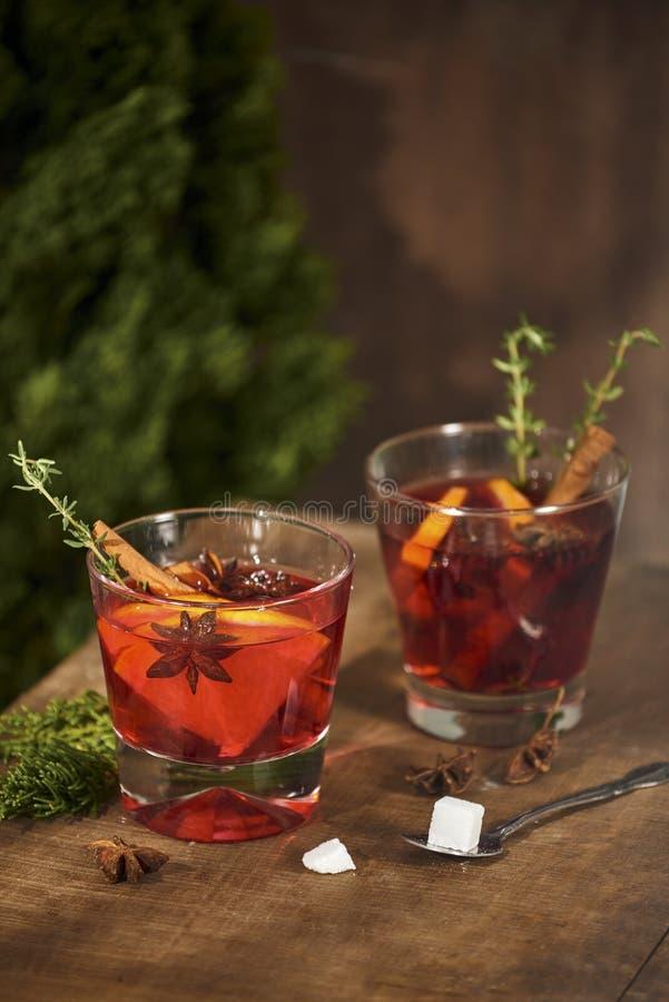 Chá frio do gengibre com laranja e limão nos copos de vidro Chá com açúcar a decoração Canela e Rosemary Spices imagens de stock