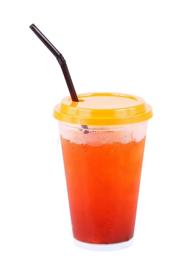 chá gelado com palha no vidro plástico isolado no branco fotos de stock