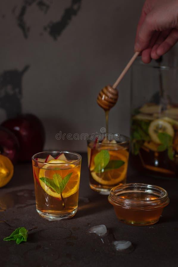 Chá gelado de Apple, do limão e da hortelã foto de stock