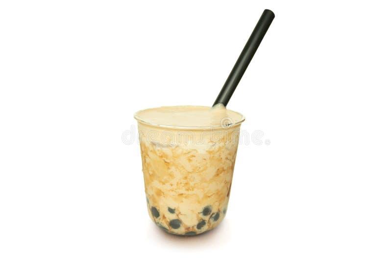 Chá gelado do leite da pérola com a palha e o creme isolados no fundo branco imagem de stock