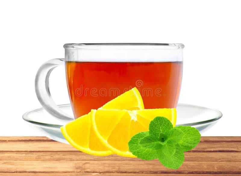 Chá, hortelã e limão de vidro do copo na tabela isolada no backgro branco foto de stock