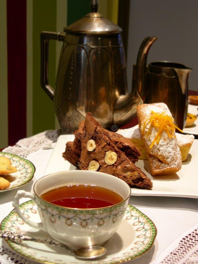 Chá inglês com queque da padaria foto de stock