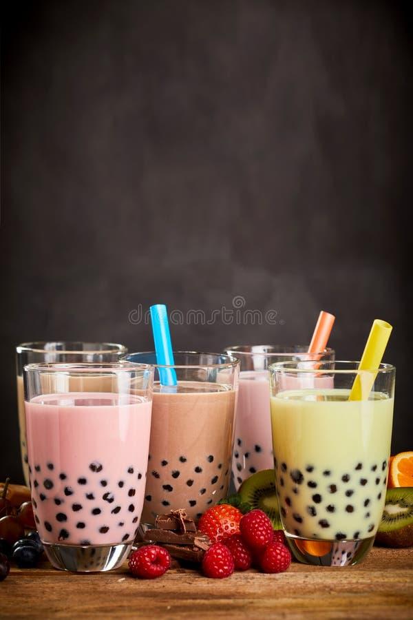 Chá leitoso frutado da bolha com pérolas das tapiocas fotos de stock
