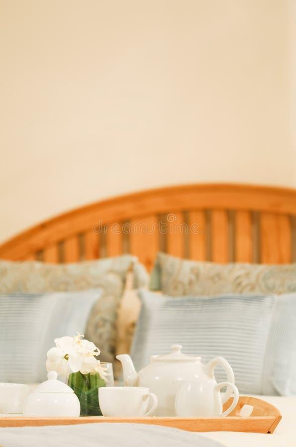 Chá na cama imagens de stock