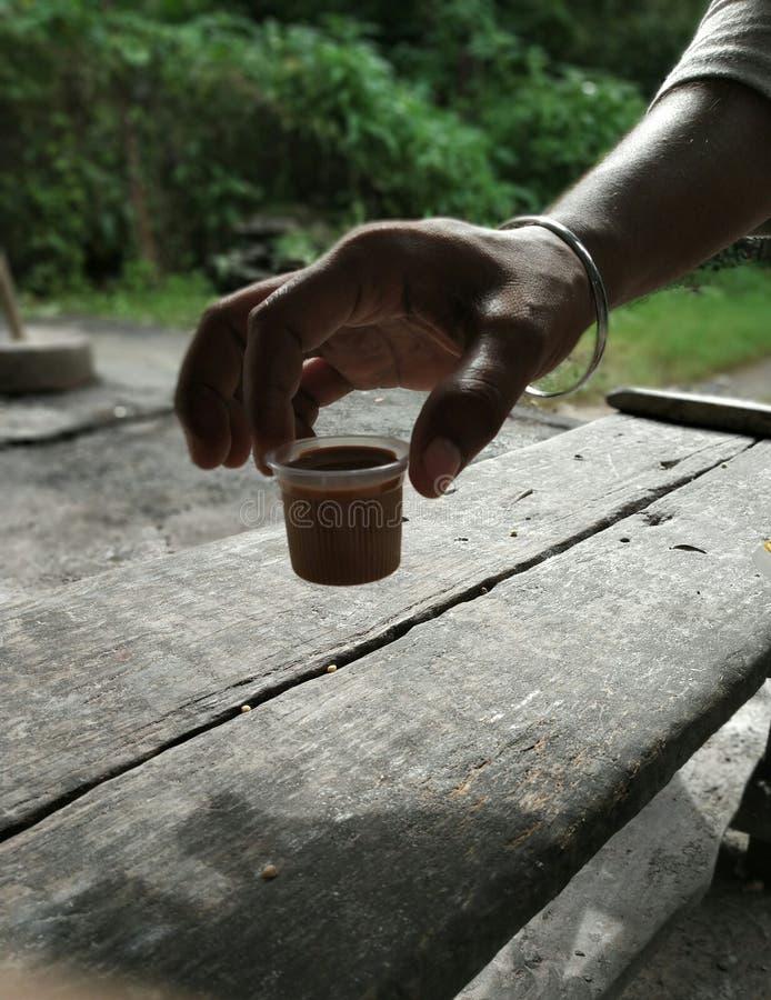 Chá no copo que pegara à mão foto de stock royalty free