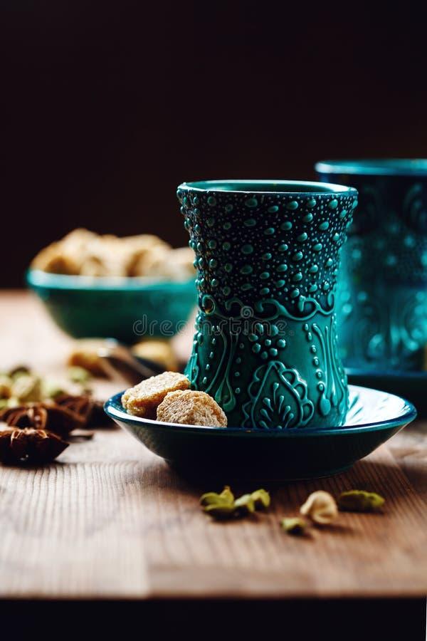 Chá ou vinho quente com várias especiarias fotos de stock
