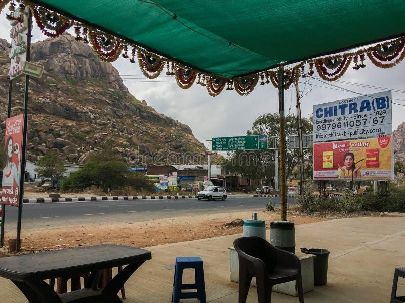Chá Parler de Rjwadi em outscirds da ÍNDIA de Sabarkantha Gujarat do nuber 9 da estrada do idarMauntabu fotos de stock