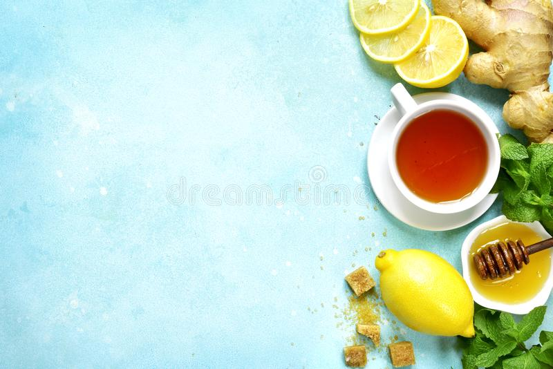 Chá preto de aquecimento com os ingredientes para fazer Vista superior com cópia foto de stock royalty free