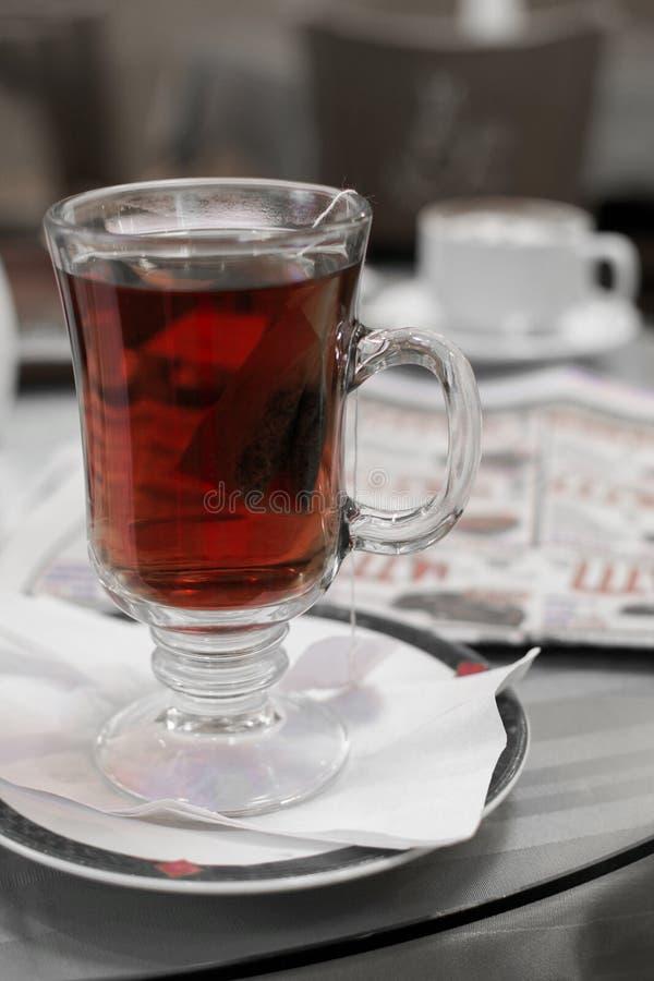 Chá preto no café imagens de stock