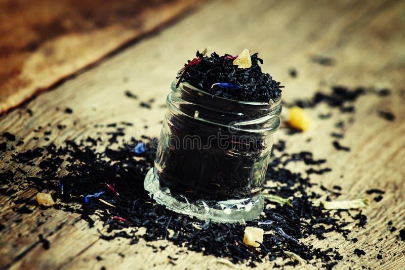 Chá preto seco de Ceilão com as flores azuis da centáurea e o frui secado imagens de stock