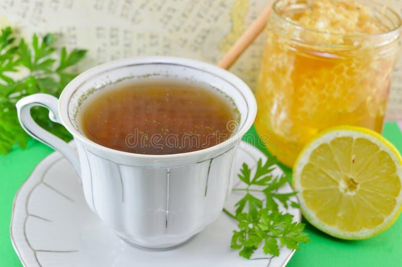 Chá quente com salsa, limão e mel foto de stock royalty free
