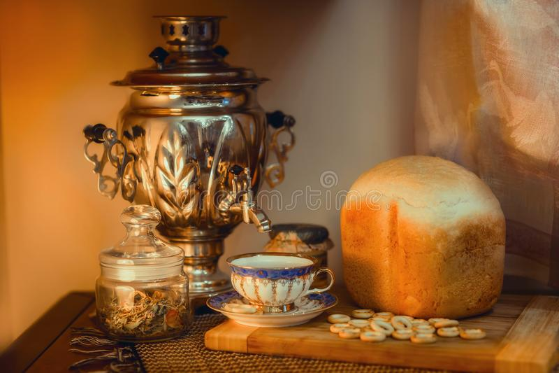 Chá tradicional do russo com samovar imagens de stock