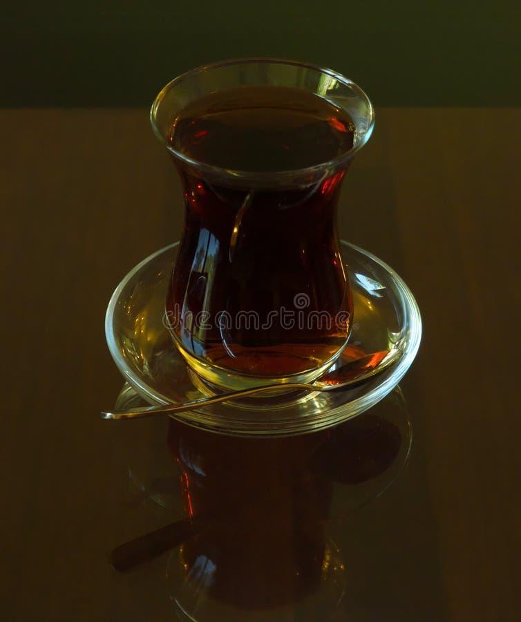 Chá turco servido em vidro tradicional imagens de stock