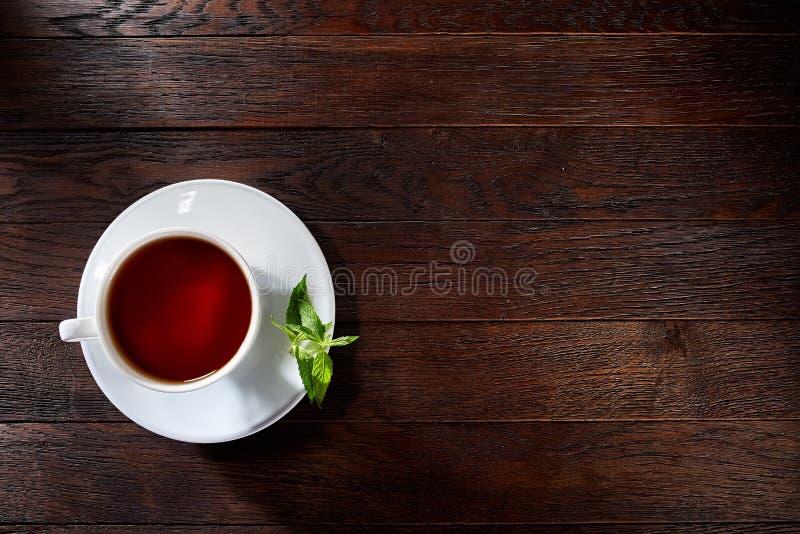 Chá verde com limão e hortelã no fundo de madeira da tabela fotografia de stock royalty free