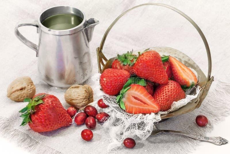 Chá verde com morangos frescas imagens de stock royalty free