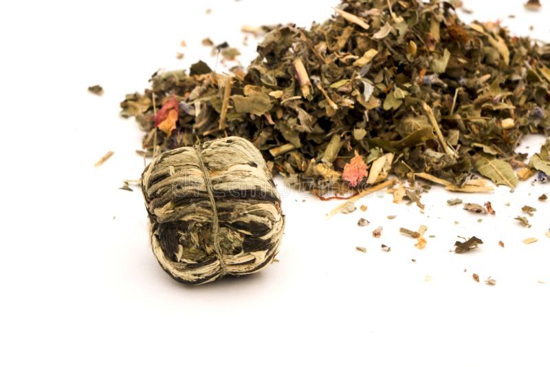 chá verde de folha seca sobre fundo branco fotos de stock royalty free