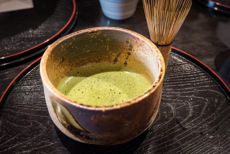 Chá verde de Matcha no copo cerâmico Chá verde japonês fotografia de stock