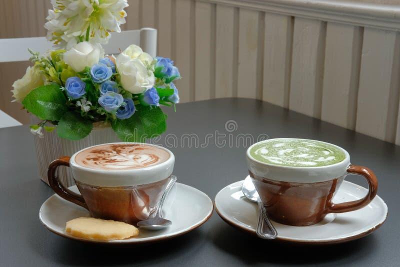 chá verde do matcha quente com arte do latte das folhas & café do cappuccino fotos de stock royalty free