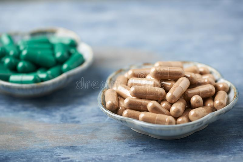 Chá verde e L - cápsulas da carnitina Conceito para um suplemento dietético saudável fotos de stock royalty free