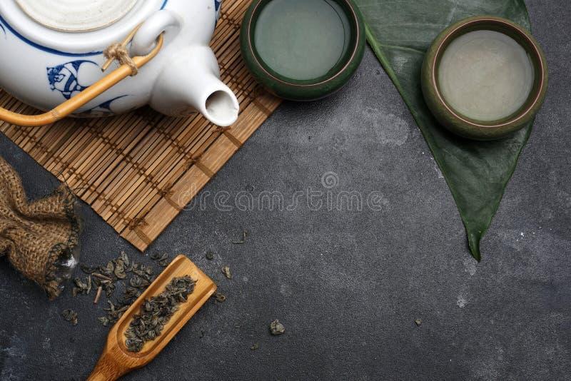 Chá verde em um bule no estilo chinês ou de Japão Conceito do chá imagem de stock