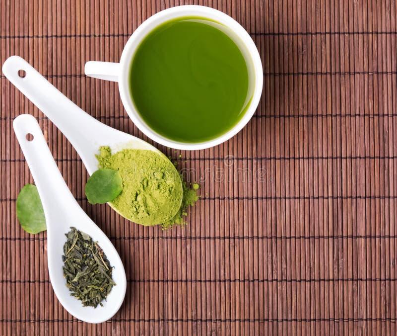 Chá verde na esteira marrom foto de stock royalty free