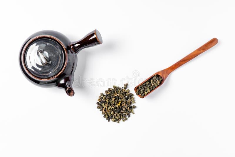 Chá verde no potenciômetro do chá no fundo branco imagem de stock royalty free