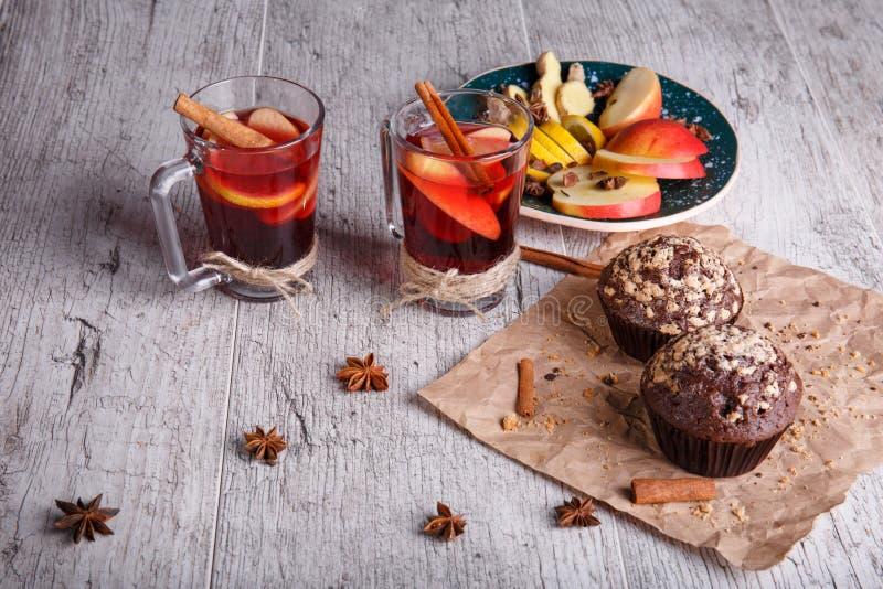 Chá vermelho aromático, quente com maçãs e queques do doce em um fundo da tabela Pequeno almoço saudável foto de stock royalty free