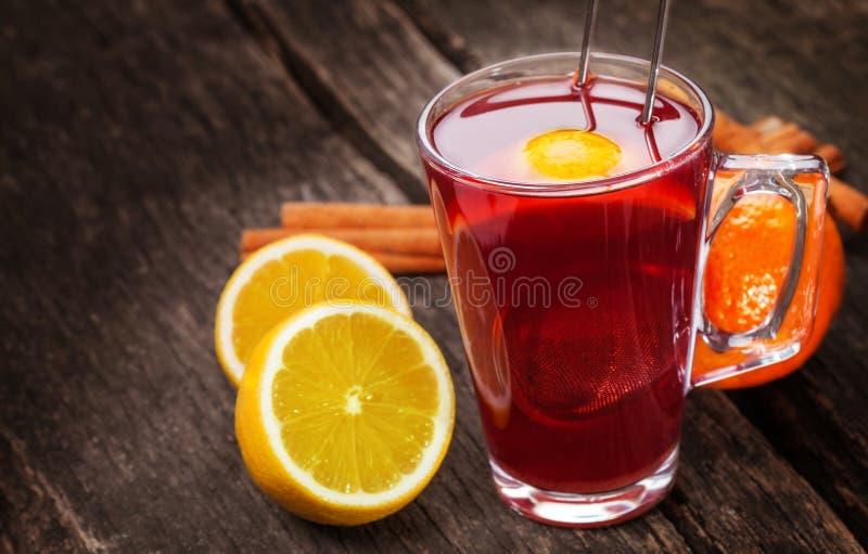Chá, vinho ferventado com especiarias fotografia de stock