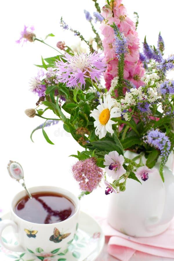 Chá, waffles e flores imagens de stock