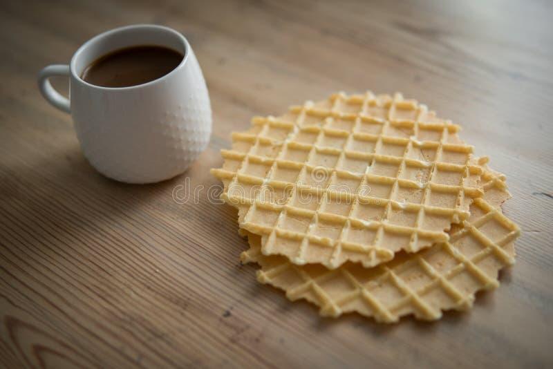 Chávena de café com biscoitos imagens de stock royalty free
