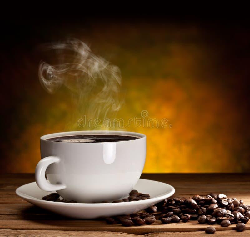 Chávena de café com feijões de café imagem de stock