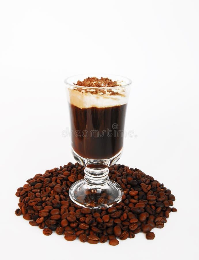 Chávena de café com leite e grão em um fundo branco fotos de stock royalty free