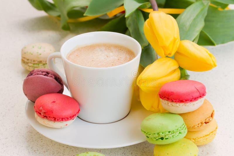 Chávena de café com macaroons fotos de stock royalty free