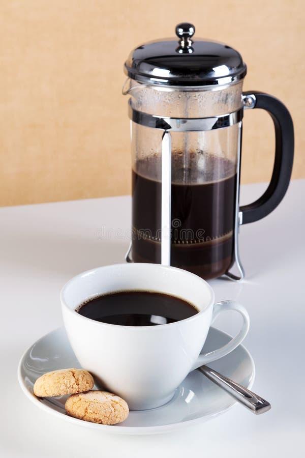 Chávena de café com os biscoitos do cafetiere e do amaretti imagem de stock