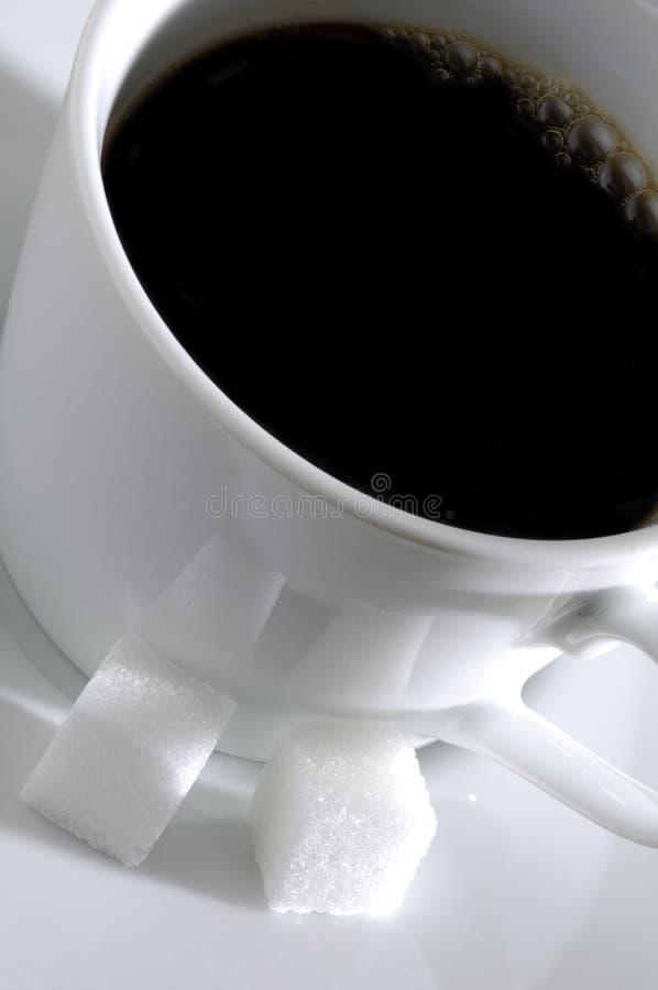 Chávena de café e cubos de Surgar fotos de stock