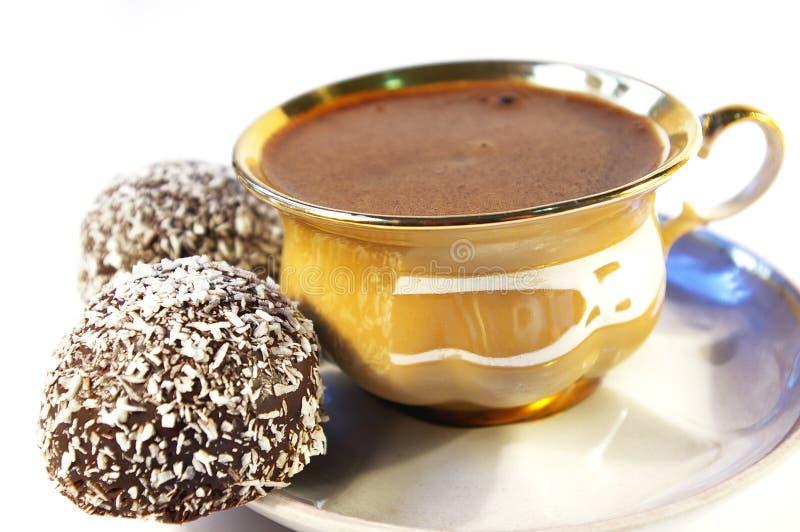 Chávena de café e doce com um Coco isolado foto de stock royalty free