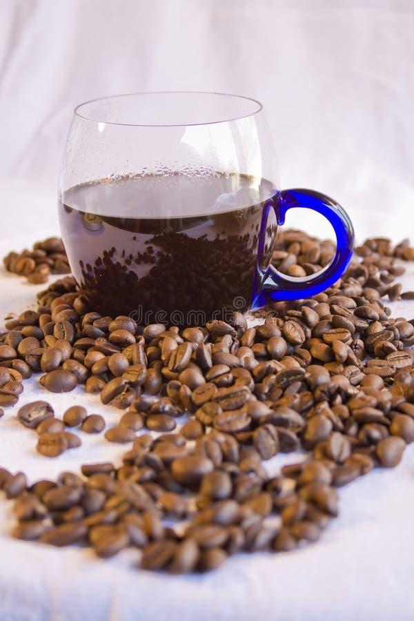 Chávena de café e feijões imagens de stock royalty free