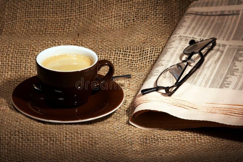 Chávena de café e jornal fotografia de stock