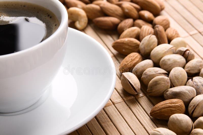 Chávena de café e porcas imagens de stock royalty free